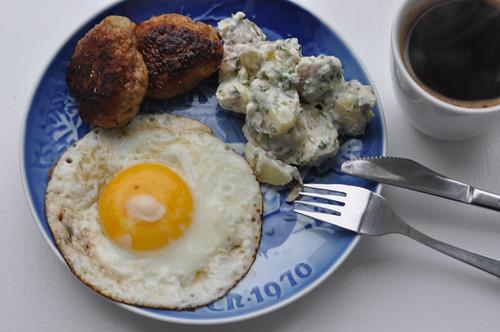 Frikadeller, kartoffelsalat, spejlæg og kaffe