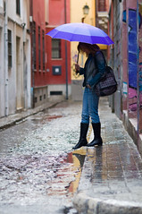 Bajo la Lluvia 2 (La Vieja Sirena) Tags: street autumn woman girl rain umbrella bag puddle calle lluvia mujer chica boots sidewalk otoo paraguas bolso botas acera charco