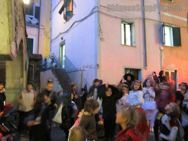 [photo-kids in costumes trick or treating in italy on halloween]