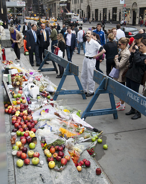"""Apple Store - Steve Jobs tributes • <a style=""""font-size:0.8em;"""" href=""""http://www.flickr.com/photos/32810496@N04/6272174318/"""" target=""""_blank"""">View on Flickr</a>"""