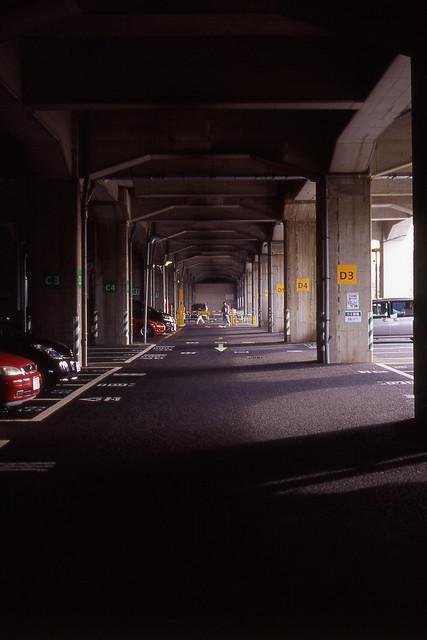 線路下の駐車場