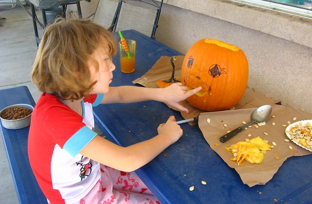 Alexis carving pumpkin 02