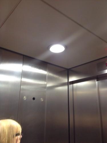 ヒースローセントラル駅の地下ホームに降りるエレベータ