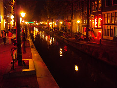 Sightseeing (ginXVII) Tags: amsterdam bicycles redlightdistrict canale biciclette amsterdambynight quartierealucirosse