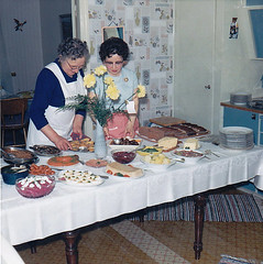 Ydrehammar Sweden 1966 (Ankar60) Tags: old wallpaper woman home kitchen vintage design photo 60s foto sweden interior swedish 1966 clothes scanned sverige 1960s svensk kk womans smrgsbord interir gammal gammalt tapet 60tal kvinna kvinnor svenskt