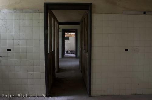 Abandonada 7, Serie II by Victoria Poma Fotos