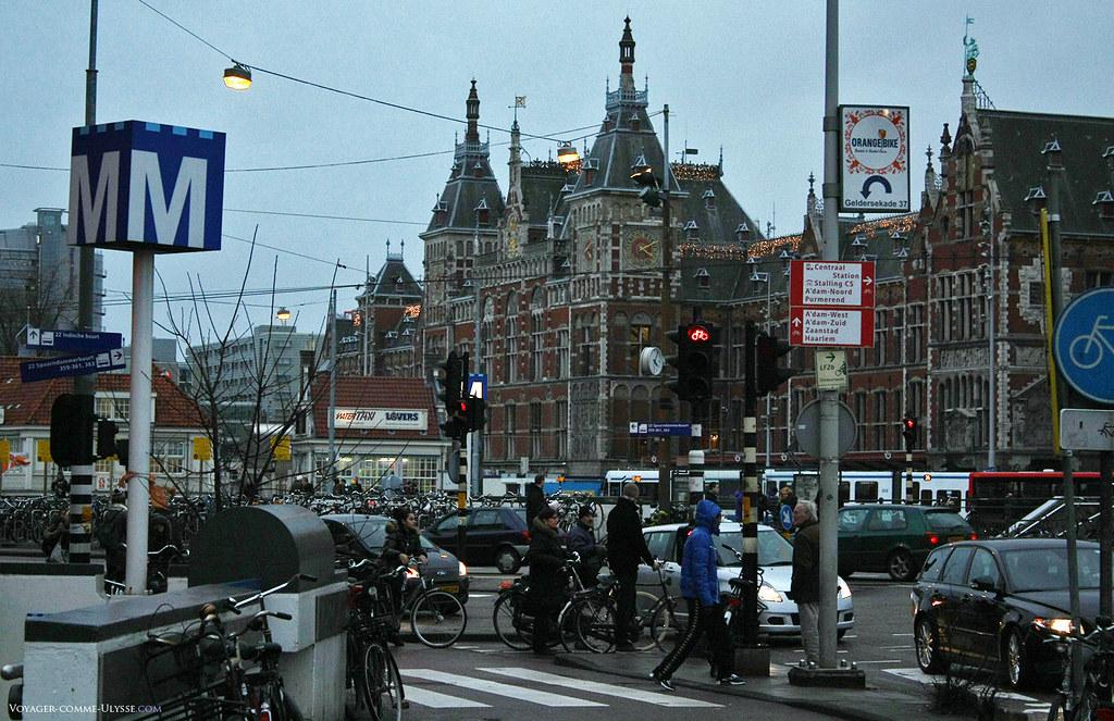 Amsterdam Centraal Station, la gare principale, est le lieu le plus surchargé en circulation de la ville