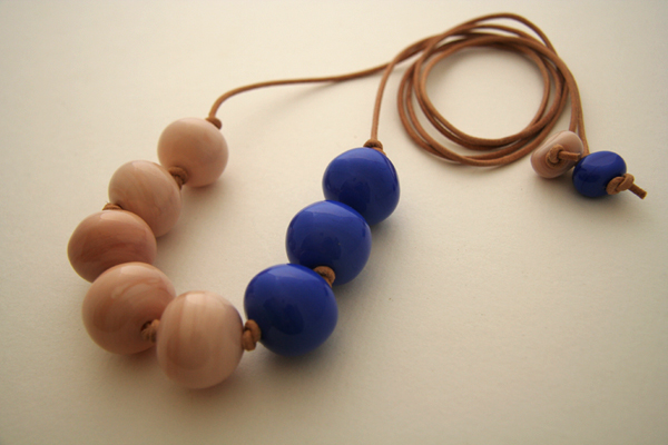 Bubble necklace in nude and blue