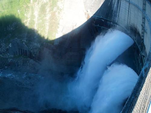 黒部ダム放水中