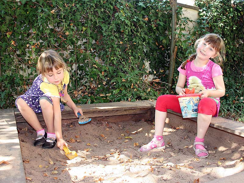Noudlsberger Hof - Kinder im Sandkasten