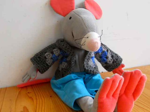Rat blij met vestje / Rat happy with hexagonal granny cardigan