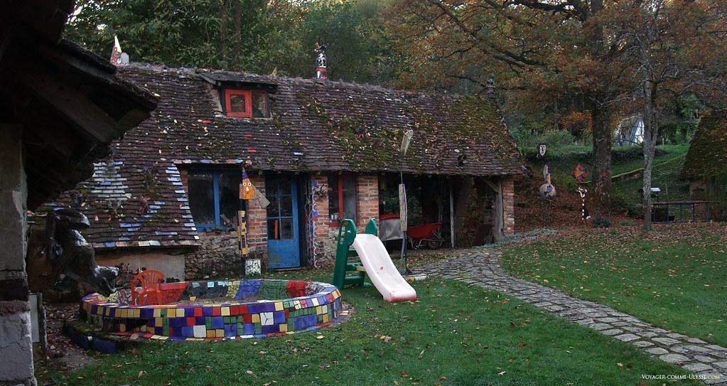 Arrière de la maison, qui a servi d'atelier, de salle d'expo et de lieu de vie pour Jean Linard et sa famille pendant de nombreuses années.