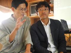 塩見直紀(右)與穀東俱樂部創辦人賴青松(左)相見歡