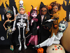It's Halloween at Monster High! (Mariko&Susie) Tags: costumes halloween monster de pumpkin skeleton skull costume high wolf doll dolls witch wizard or magic ghost harry potter frankie nile treat trick cleo stein mattel deuce hedwig warlock gorgon spiderella clawd clawdeen marikosusie draculaura