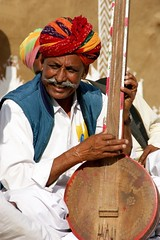 Musician.  Kuldhara (Claire Pismont) Tags: travel musician india man color festival colorful asia desert earth asie couleur jaisalmer rajasthan viajar desertfestival documentory earthasia pismont clairepismont