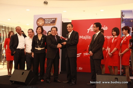 Momento presentation from Dato' Aziz Bakar, Chairman of AirAsia to Dato' Johan Jaffar, Chairman of Media Prima