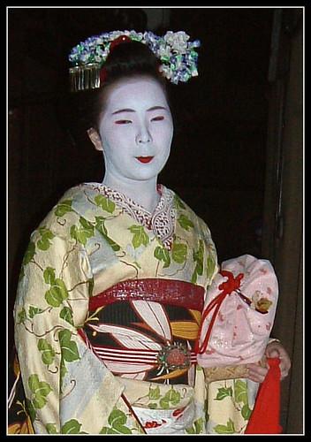 Maiko Mamesato con ozashiki-kago rosa