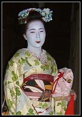 Maiko Mamesato con ozashiki-kago rosa (Lau_chan) Tags: kyoto maiko geiko geisha gion miyagawacho ozashikikago