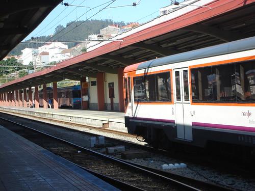 Regional en primer plano, a la izquierda-fondo el tren vigo oporto