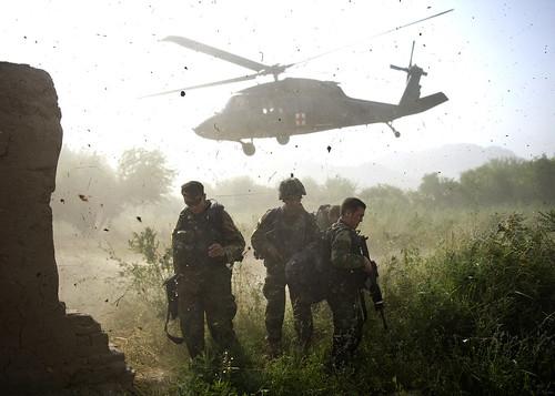 フリー写真素材, 社会・環境, 戦争・軍隊, 航空機, 兵士, アメリカ陸軍, アフガニスタン, ヘリコプター, UH- ブラックホーク,