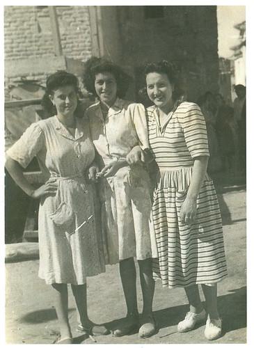Grupo de mozas en la plaza de la Iglesia