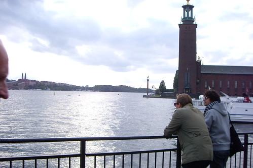 El ayuntamiento de Estocolmo, donde se entregan los Premios Nobel, está al lado del río.