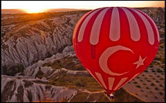Amanecer en la Cappadocia (guillenperez) Tags: sunrise turkey dawn flag turkiye balloon amanecer bandera turquia cappadocia globo greme goreme kapadokya aerostatico