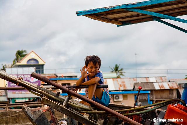 Niño comerciante en Mekong, Vietnam