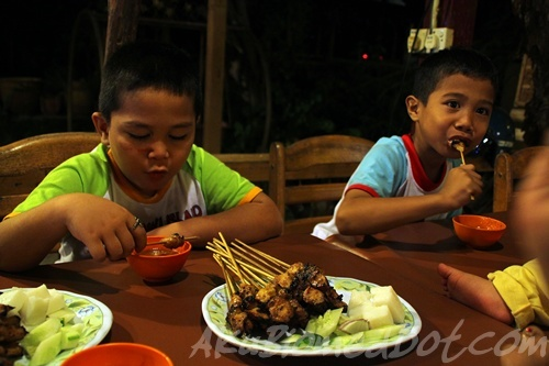 Abang Koning dan abang Long makan Satay