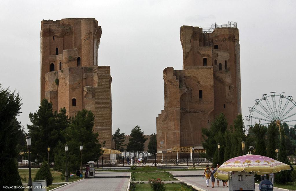Les ruines d'Ak Sarai se dressent, imposantes, à 38m de hauteur.
