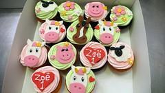farm CUPCAKES (CAKE Amsterdam - Cakes by ZOBOT) Tags: flowers horse animals kids hearts pig cow farm ducks childrens sheet swirls boerderij sintjansstraat61 taartatelier zoeelizabethgottehrerzoegottehreramsterdamcakeamsterdamcakescupcaketaartengebakcupcakescakejesthemespecialtycustombirthdaypartyvanillachocolatemarzipanfondantdecorated