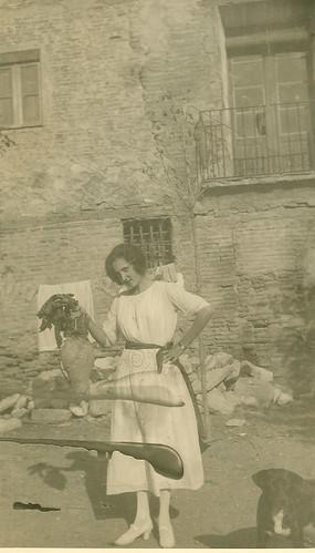 Carmen Bellido mostrando una remolacha de gran tamaño