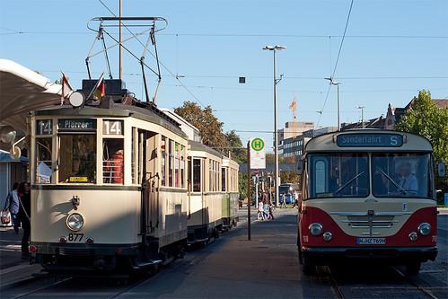 Trambahn trifft Bus: Am Plärrer besteht Umsteigemöglichkeit zwischen den Linien 14 und 75.