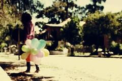 Uma foto minha, falta de trabalho da nisso. (Nay Hoffmann) Tags: vintage eu menina retrô balões colorido
