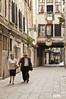 Matrimonio veneciano camino a misa