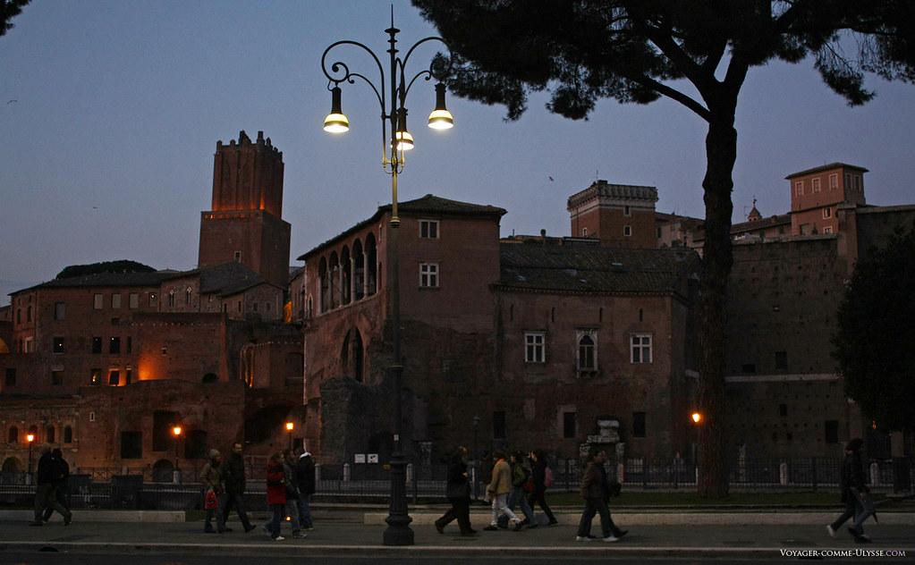 La nuit tombe sur le forum impérial et la Torre del Millizie ou tour de la milice, en français. Elle date du Moyen-âge, ce qui tort le cou à la légende de Néron, regardant Rome en flammes du haut de cette tour…