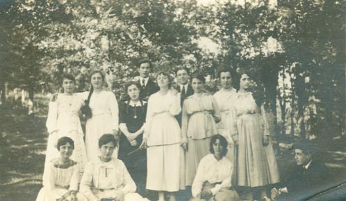 Un grupo de amigos en el jardin