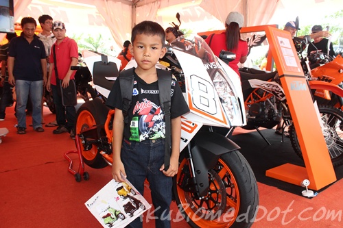 Abang Ngah bergambar bersama KTM RC8