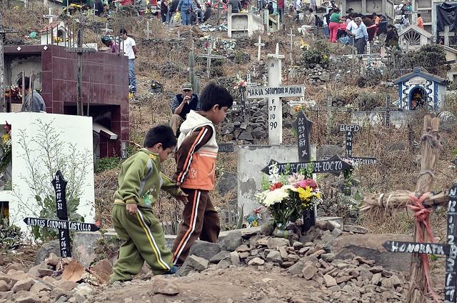 La inocencia camina en medio de tantos muertos.