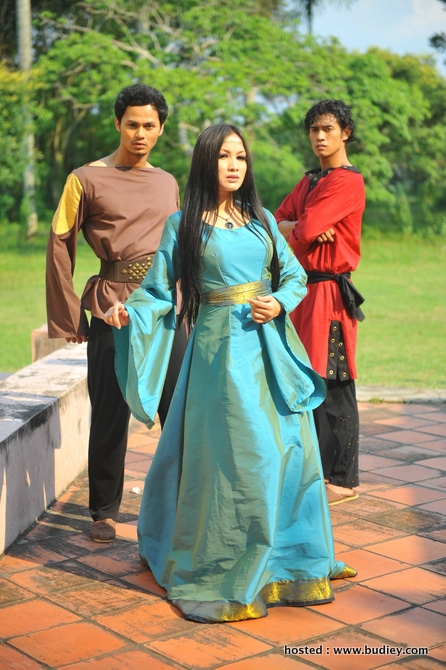 Jue Aziz (Ratna), Ryzal Jaafar (Dindra) & Amar Asyraf (Rangga)