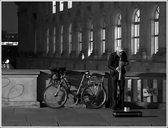 El músico (miguelangelortega) Tags: street bw berlin noche calle bicicleta bn wc dinero saxo ltytr2 ltytr1 ltytr3