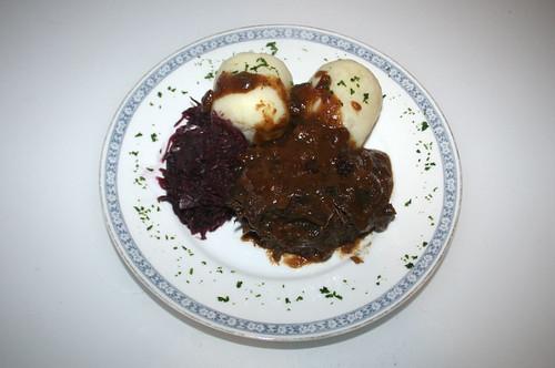 41 -  Sauerbraten mit Rotkohl & Klößen - serviert