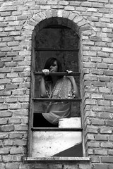 Piccola dimora dell'io (Lucia Piergiovanni) Tags: windows friends people blackandwhite canon model mani ciao persone  quando stretto troppo tutto femminilit