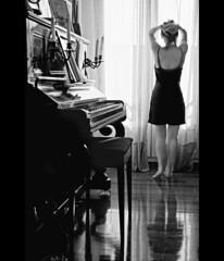 Despertar.... (Leonorgb) Tags: bw woman mañana canon mujer leo femme piano bn cortinas música velas teclas despertar partituras