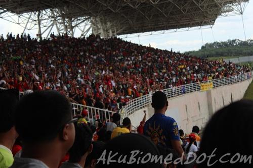 Penonton buat human wave di MotoGP 2011