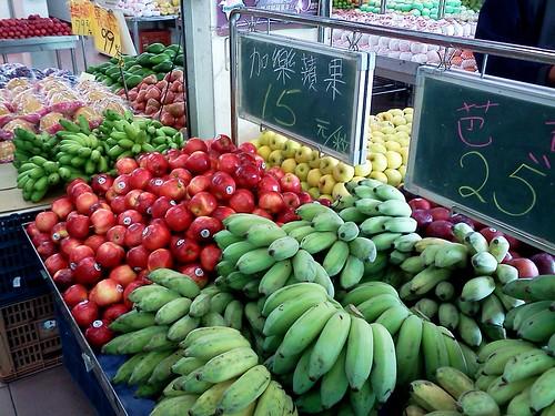 水果攤上的芭蕉。 by 南南風_e l a i n e