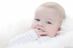 Snuggels (Reografie) Tags: light baby white cute beauty closeup studio eyes child lovely portret enfant fotoshoot childphotography mrhandsome studiofotografie studiofoto babyfotografie exellentphotos nibbie reografie mrshappy