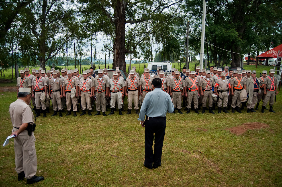 El Comisario Principal Miguel Angel Canata Acha, habla con los efectivos policiales de distintos distritos agrupados para trabajar por el mismo objetivo de brindar orden y seguridad para la Fiesta del Chopp en Colonia Independencia. (Elton Núñez)