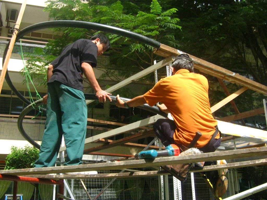 校工何貴龍先生(右)協助建造方舟骨架