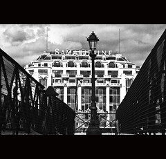 La Samaritaine Paris (zilverbat.) Tags: bridge people urban blackandwhite bw paris france monochrome architecture buildings store europa raw zwartwit streetphotography cinematic parijs pontneuf lightroom reizen zendmast lantaarn 1869 lr3 antennes straatfotografie warenhuis blackwhitephotos zwartwitfotografie canon7d zilverbat